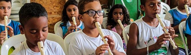 crianças tocando flauta