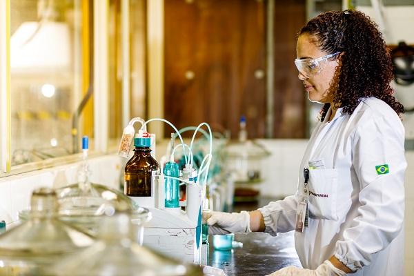 Laboratório interno assegura a qualidade dos produtos e coprodutos.